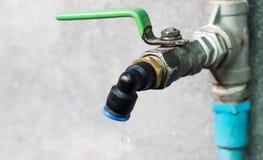 Падение воды от водопроводного крана Стоковая Фотография RF