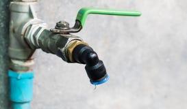 Падение воды от водопроводного крана Стоковые Фотографии RF