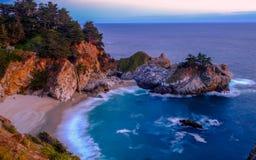 Падение воды пляжа на сумрак