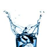 Падение воды со льдом стекел стоковые фотографии rf