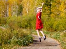 Падение девушки, парк выходит деревья Стоковая Фотография RF