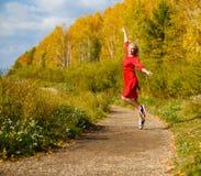 Падение девушки, парк выходит деревья Стоковые Фото