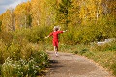 Падение девушки, парк выходит деревья Стоковое Изображение