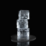 Падение кубов и воды льда Стоковые Изображения