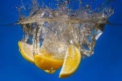 падение плодоовощ в воду с брызгом Стоковая Фотография RF