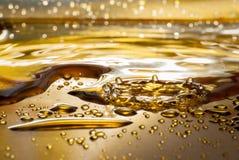 Падения воды на золотой посуде Стоковое Изображение