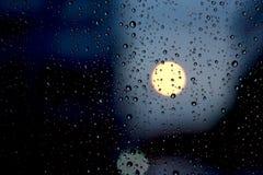Падения воды на стекле в нерезкости предпосылки города Стоковое Фото