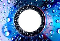 Падения воды на dvd КОМПАКТНОГО ДИСКА Стоковые Фотографии RF