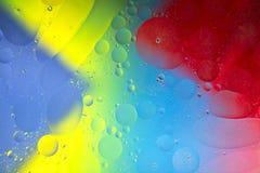 Падения масла на поверхности воды Стоковая Фотография