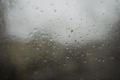 Падения на окне нерезкости, дождливый день дождя стоковые фото