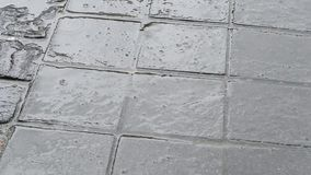 Падения дождя на вымощенной улице акции видеоматериалы