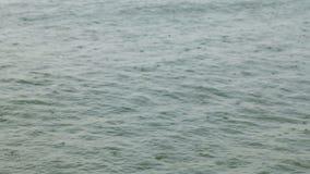 Падения дождя на море видеоматериал