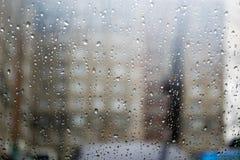 Падения дождя на окне автомобиля Стоковое фото RF