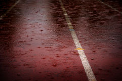 Падения дождя понижаясь на след гонки идущий задерживая конкуренции Стоковое фото RF