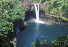 Падения радуги, парк штата реки Wailuku, Гаваи стоковое изображение
