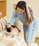 Падения уха капания девушки к человеку Стоковая Фотография RF