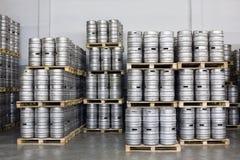 Паллеты бочонков пива в винзаводе Ochakovo запаса Стоковое фото RF