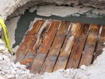 Паллет в выгребной яме на пересечении улицы Стоковые Фотографии RF