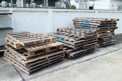 Паллет в пользе района фабрики для содержит материал и товары Стоковое Фото