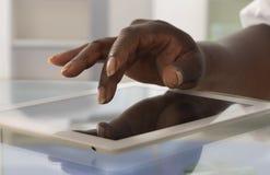 Палец женщины касаясь сенсорному экрану таблетки стоковые изображения rf