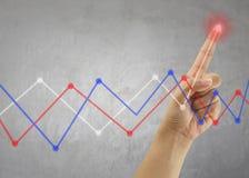 Палец линии дела касания бизнесмена диаграммы в пиковом пункте Стоковое Фото