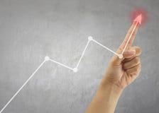 Палец линии дела касания бизнесмена диаграммы в пиковом пункте Стоковое фото RF