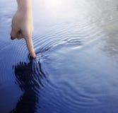 Палец и вода Стоковые Изображения