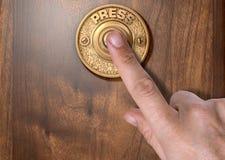 Палец отжимая дверной звонок Стоковое фото RF