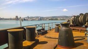 Пал зачаливания на палубах промышленного морского порта стоковые изображения