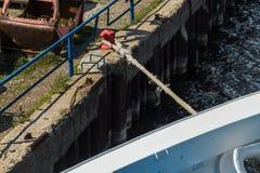 Пал зачаливания с веревочками зачаливания Стоковые Фото