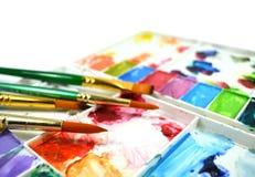 Палитра и paintbrushes акварели Стоковые Изображения RF
