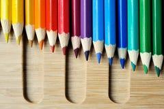 Палитра карандаша цвета на деревянной предпосылке Стоковое Фото