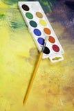 Палитра с цветами и щеткой Стоковое фото RF