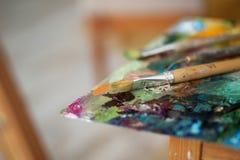 Палитра с paintbrush и палитр-ножом Стоковые Изображения