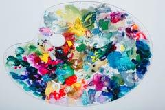 Палитра ` s художника запятнала с краской На белой предпосылке, никто стоковые изображения