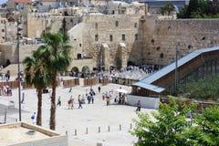 Паломники молят на голося стене в Иерусалиме Стоковое фото RF