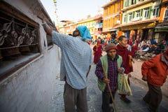 Паломники объезжают stupa Boudhanath, 2-ое декабря 2013 в Катманду, Непале Стоковая Фотография
