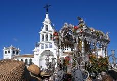Паломники приезжая на церковь в El Rocio, Испанию Стоковое Изображение RF