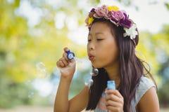 Палочка пузыря девушки дуя Стоковые Фотографии RF