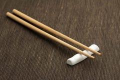 Палочки на бамбуковой циновке Стоковое Фото