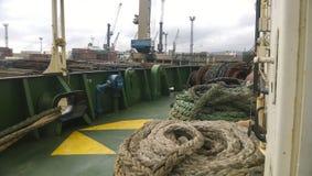 Палуба корабля с веревочками веревочки зачаливания промышленный порт Стоковые Изображения RF