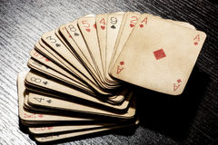 Палуба grungy пакостных старых играя карточек Стоковая Фотография RF