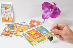 Палубы Tarot марселей, предсказывая штанга, орхидея Стоковая Фотография RF