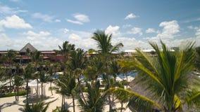 Пальмы, стулья солнца, белый песок, бассейны на Punta Cana приставают к берегу Роскошный курорт видеоматериал