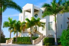 Пальмы w дома тропического особняка роскошные Стоковые Фотографии RF