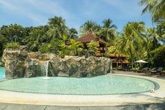Пальто ладони пляжа Kuta, роскошный курорт с бассейном bali Индонесия Стоковое Изображение