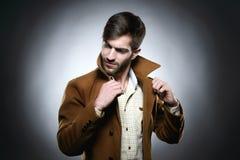 Пальто воротника человека правильное Стоковое Фото