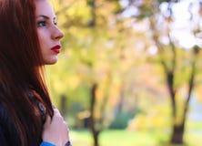 Пальто листьев осени девушки Стоковая Фотография