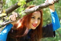 Пальто листьев осени девушки Стоковые Фотографии RF