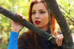 Пальто листьев осени девушки Стоковое Фото